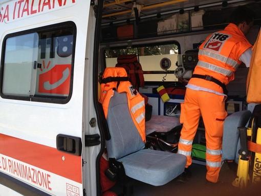 Perde il controllo dell'auto in tangenziale e si schianta contro il guard rail: 23enne in ospedale