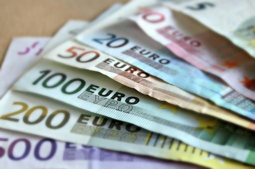 Rivoli, rapinatore assalta la banca e chiude tutti in un ufficio in attesa che si apra la cassaforte: bottino da 60mila euro