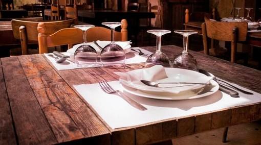 """Come torneremo al ristorante? Ecco la cena """"tipo"""" in sicurezza: tavoli e orari da prenotare, niente menù cartacei, olio e sale monouso"""