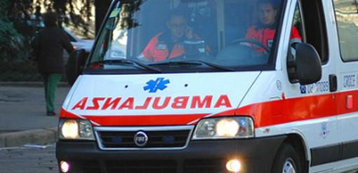 Incidente in tangenziale: frattura alle gambe per un motociclista e traffico in tilt