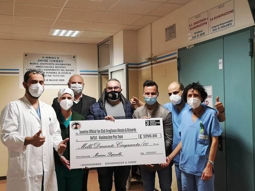 Persone che fanno una donazione in ospedale