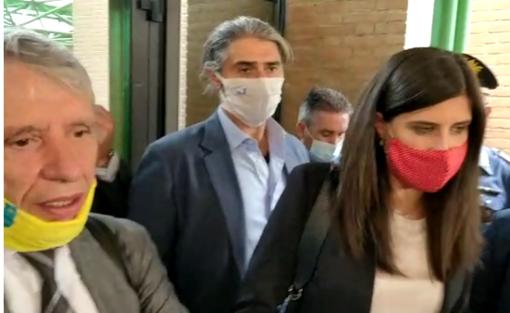 Chiara Appendino con l'avvocato Chiappero mentre esce dal tribunale