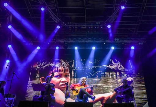 """Grugliasco, 24.000 pasti per il """"Ristorante dei bambini di strada di Phnom Penh"""" grazie al concerto di Aco Bocina al Gru Village"""