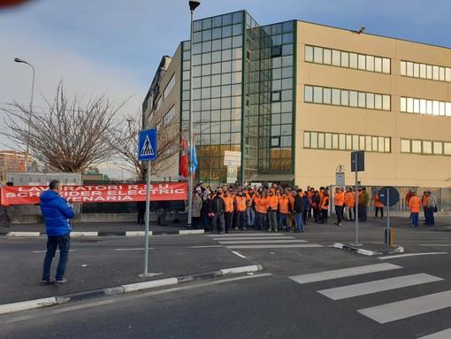 Esuberi alla Schneider di Venaria, sciopero a singhiozzo da parte dei dipendenti