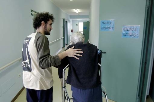 persona anziana assistita da un ragazzo giovane