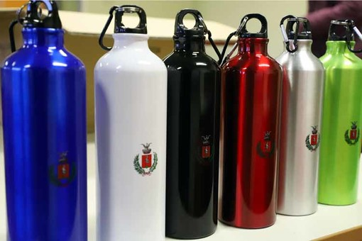 Stop alla plastica: oltre mille borracce in alluminio nelle scuole di Grugliasco [FOTO]