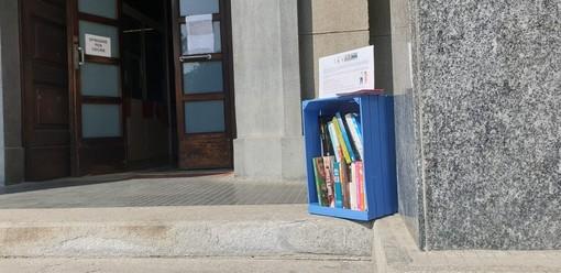 Venaria, la cultura è più forte del Coronavirus: il book crossing si accomoda fuori dalla biblioteca