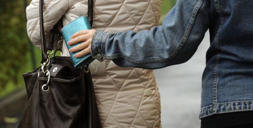borseggiatore sfila un portafoglio