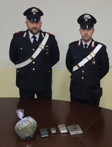 Consegnava droga a domicilio, intercettato pusher con 210 grammi di hashish e marijuana nello zaino [VIDEO]