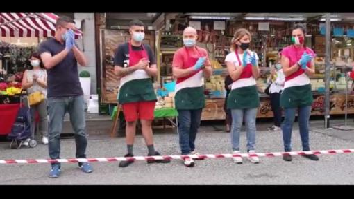 Venaria, flash mob al mercato per ricordare le vittime del Coronavirus [VIDEO]
