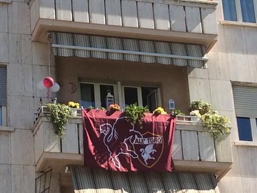 I balconi di Torino e provincia colorati di granata per ricordare il Grande Torino (FOTO e VIDEO)