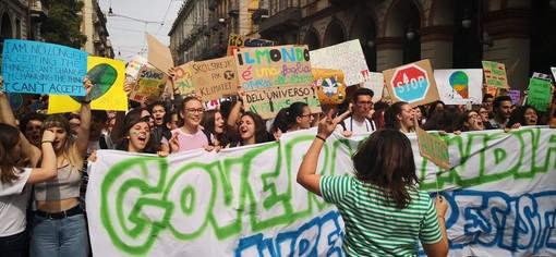 Giornata Mondiale dell'Ambiente: anche a Torino tornano in piazza i sostenitori di Greta e portano le scarpe