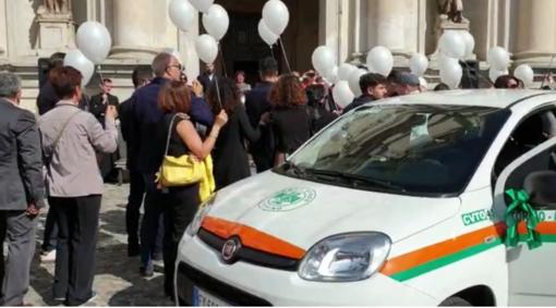 Venaria, una folla di persone per la benedizione del nuovo mezzo della Croce Verde [VIDEO]