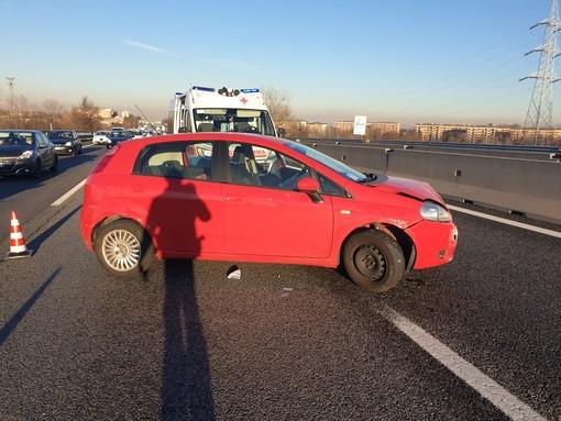 Incidente sulla tangenziale, una Punto rossa va a sbattere contro il guard rail e innesca un tamponamento con 5 auto coinvolte