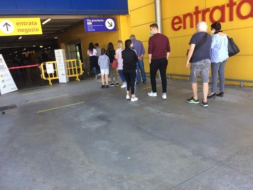 Ikea di Collegno, dopo le lunghe code dei giorni scorsi diminuisce il numero di clienti