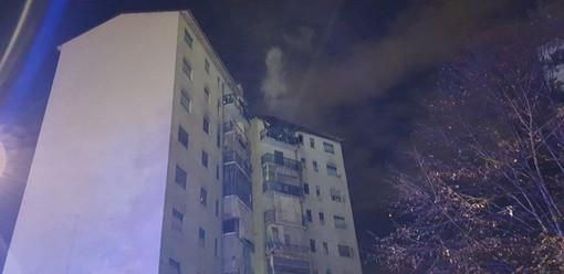 Venaria, scoppia l'incendio all'ottavo piano: i vigili del fuoco salvano il cagnolino intrappolato