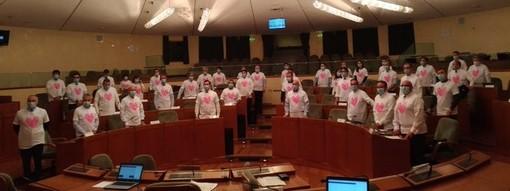 """Un """"cuore rosa"""" in Consiglio regionale per promuovere la prevenzione dei tumori femminili e sostenere la ricerca"""