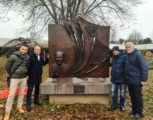 Collegno, dopo un lungo restauro il monumento di Sandro Pertini torna al suo posto