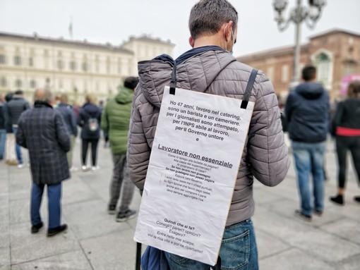 Manifestazione di persone in piazza Castello