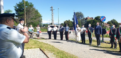 Venaria, Anmi e bandiere a festa con l'asta restaurata in Lungo Marinai d'Italia [VIDEO]