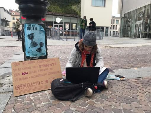 Studentessa impegnata in una lezione online a Torino: il 7 gennaio è previsto il ritorno in classe