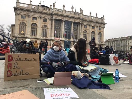 studenti in dad in piazza Castello