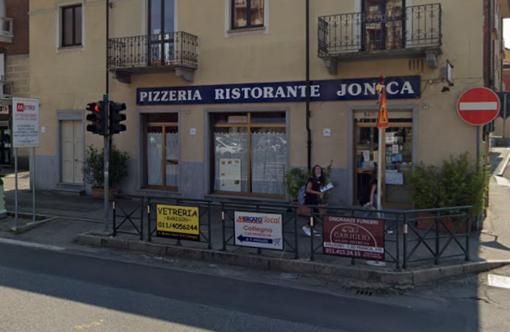 vetrine di una pizzeria ristorante