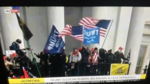 Manifestanti hanno assaltato il parlamento americano