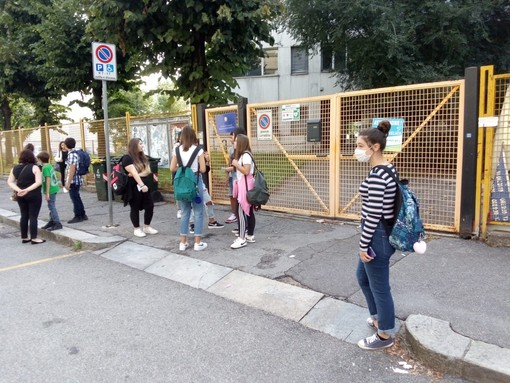 studenti all'esterno di un istituto