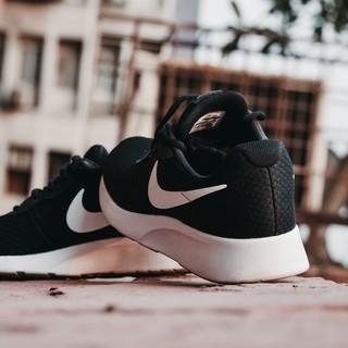 scarpe da ginnastica appoggiate una sopra l'altra