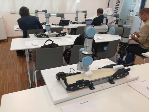robot collaborativo appoggiato a un tavolo